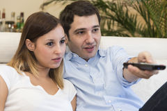 Maison heureuse des couples TV Photographie stock libre de droits