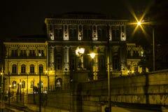 Maison historique à Budapest la nuit hungary images stock
