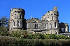 Maison historique avec des tourelles de château Images stock