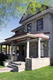 Maison historique de bloc de vintage avec le porche photo stock