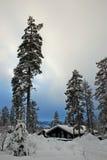 Maison hivernale dans la chute de neige importante Photographie stock libre de droits