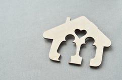 Maison, homme et femme en bois à l'intérieur Image libre de droits