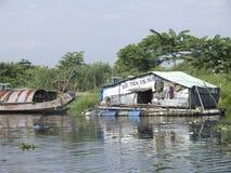 Maison humble sur le fleuve de parfum Photos libres de droits