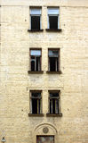 Maison inhabitée abandonnée avant vue de verticale de rénovation Images stock