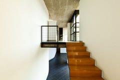 Maison intérieure, escalier en bois photographie stock libre de droits