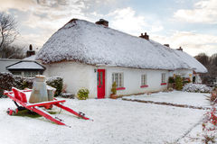 Maison irlandaise traditionnelle à l'horaire d'hiver Photos stock