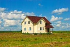 Maison isolée dans le domaine ouvert photos libres de droits