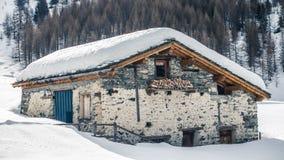 Maison isolée neigée dessous à un arrière-plan blanc image stock