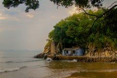 Maison isolée près de la mer Photos libres de droits