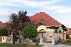 Maison isolée Soigné Belle maison Maison isolée avec les arbres et les fleurs ornementaux autour photographie stock libre de droits