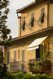 Maison italienne traditionnelle dans la lumière de coucher du soleil à Lucques Photographie stock