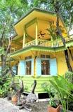 Maison jaune images stock
