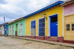 Maison jaune avec la porte bleue et fenêtres au Trinidad, Cuba Images stock