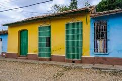 Maison jaune avec la porte verte et fenêtres au Trinidad, Cuba Photographie stock libre de droits