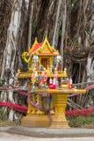 Maison jaune d'esprit avec les fleurs, la nourriture, l'encens, la bougie et le pot Image libre de droits