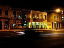Maison jaune la nuit photo libre de droits