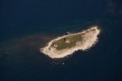 Maison légère abandonnée petite par île image stock