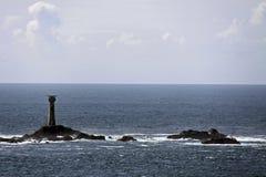 Maison légère dans la mer/océan avec des roches Photos stock