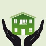 Maison à la maison dans des mains Image stock
