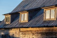 Maison lithuanienne traditionnelle de village au coucher du soleil photo stock