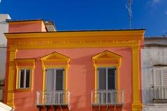 Maison lumineuse dans la ville de d'Ischia de Forio, île des ischions, Italie Image stock