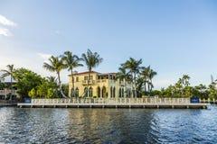 Maison luxueuse de bord de mer dans le Fort Lauderdale, Etats-Unis Photos stock
