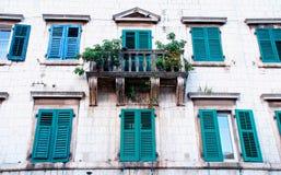 Maison médiévale avec des éclats, hublots, balcon (Kotor, Montenegr Photographie stock libre de droits
