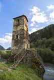 Maison médiévale de tour le long de la rivière Enguri, connu sous le nom de tour d'amour, dans les montagnes de Caucase, la Géorg Photos libres de droits