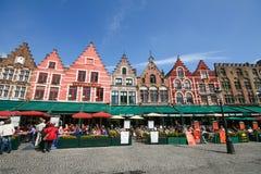 Maison médiévale de type autour de grand dos du marché de Bruges Photographie stock libre de droits