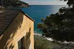 Maison méditerranéenne à la mer de Cinque Terre Une maison méditerranéenne typique dans un village ligurien Bonassola, province d image stock