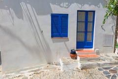 Maison méditerranéenne blanche typique, avec la porte bleue, dans le villag Image stock