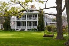 Maison majestueuse avec le porche et le balcon photographie stock libre de droits