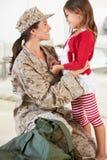 Maison militaire de salutation de mère de fille sur le congé Photo stock