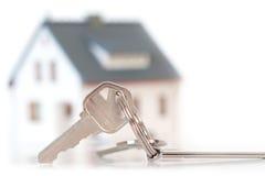 Maison miniature avec des clés Photos stock