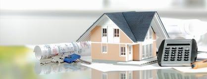 Maison miniature avec les clés, la calculatrice et le modèle Image libre de droits
