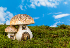 Maison miniature de gnome Image stock