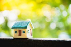 Maison miniature sur le fond vert de nature employant comme résidence image libre de droits