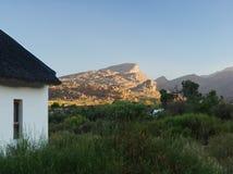 Maison minuscule dans le backcountry au coucher du soleil en Afrique du Sud image libre de droits