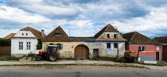 Maison mitoyenne rurale avec les machines agricoles images stock