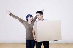 Maison mobile de couples heureux avec la boîte Photo libre de droits