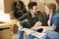 Maison mobile de couples nouvelle images stock