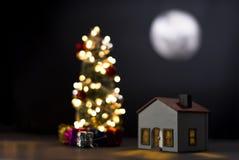 Maison modèle avec la pleine lune la nuit images stock