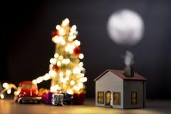 Maison modèle avec la pleine lune la nuit image libre de droits