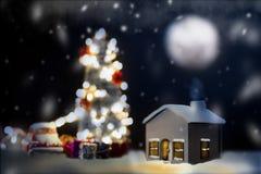 Maison modèle avec la pleine lune la nuit photos libres de droits
