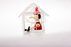 Maison modèle avec le pinocchio dedans images libres de droits
