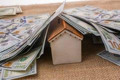 Maison modèle couverte par des billets de banque des dollars US Images stock