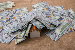 Maison modèle couverte par des billets de banque des dollars US Images libres de droits