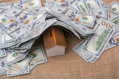 Maison modèle couverte par des billets de banque des dollars US Photos libres de droits