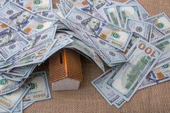 Maison modèle couverte par des billets de banque des dollars US Photos stock