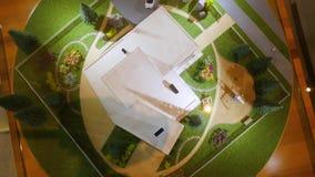 Maison modèle sur l'herbe La disposition de la maison, vue supérieure banque de vidéos